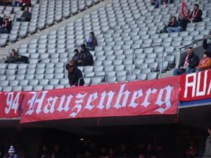berühmte Zaunfahne vom FCB Fanclub Hauzenberg